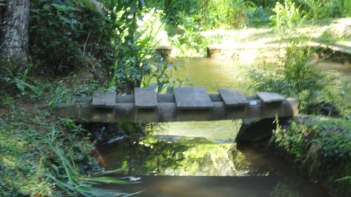 Uma ponte precária e simples...