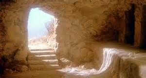 Como muitos já sabem, sou cristã e tenho uma veneração toda especial por Cristo Jesus. Eu creio mesmo que ele era Deus que se fez gente, nasceu bebê, cresceu, viveu e morreu. Mas não ficou no túmulo! Ressuscitou para renovar cada dia não só a esperança, mas também a certeza da continuidade da vida em nossos corações. Nesta Páscoa, quero lembrar que vejo muita semelhança no ocorrido na última semana de vida aqui na terra, de Cristo e o processo de crescimento humano. Diante da expectativa de sofrimento os discípulos, dormiram, fugiram e depois duvidaram da Vida que (re)surgiu do túmulo em que Ele ofertado por José de Arimatéia, onde Seu corpo morto fora colocado. Cristo venceu a morte saindo de dentro dos tecidos da mortalha que o envolvia. Mas antes do domingo de aleluia, foi preso, menosprezado, cuspido, furado e pregado. Foi colocado no túmulo deixando um vazio horroroso e sombrio no coração dos seus seguidores. Mas na madrugada de sábado para o domingo quebrou o ferrão da morte, que ficou aleijada para sempre. Vejo muitas semelhanças no movimento humano em direção ao crescimento. É possível que se tenha de passar por todas estas fases e momentos. Quem quiser vencer as partes amortecidas em si mesmo, precisa ter a disposição e coragem de enfrentar seu próprio calvário, para finalmente ver ressurgir a vida abundante para a qual Deus nos criou. Feliz Páscoa 2015.
